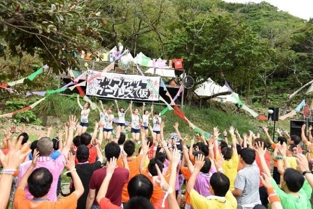 ニューシングル収録曲「君という仮説」で、古川小夏による振り付けをメンバーとファンが一緒に踊る