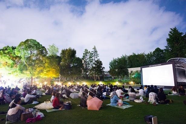 東京ミッドタウンの芝生広場にスクリーンが設置