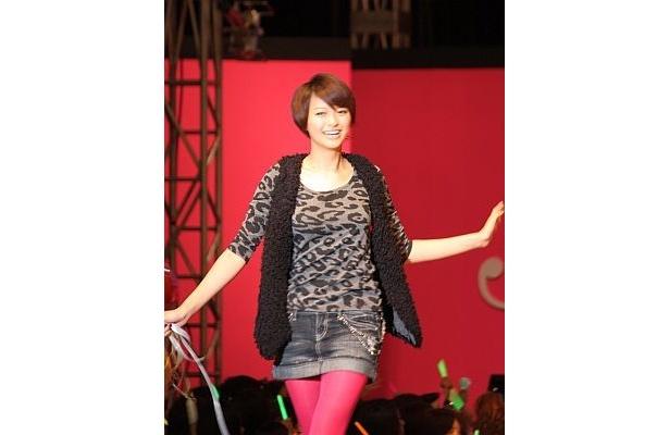 セブンティーンモデルとして最後のファッションショーでウォーキングをする榮倉さん