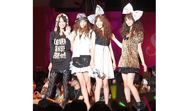 ファッションショーには多数のセブンティーンモデルが登場
