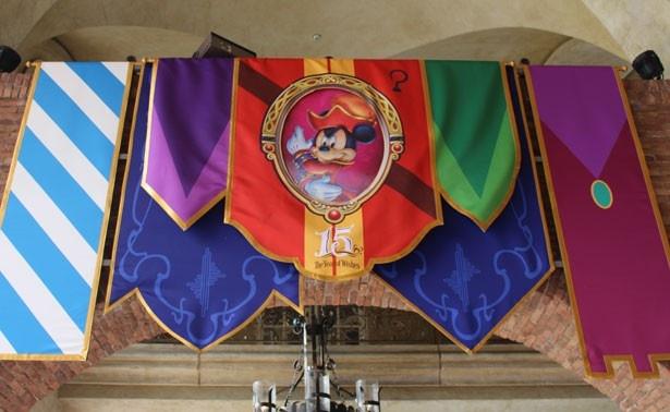 ミラコスタ通りの回廊に施されたデコレーション。15周年ならではのデザインにも注目!