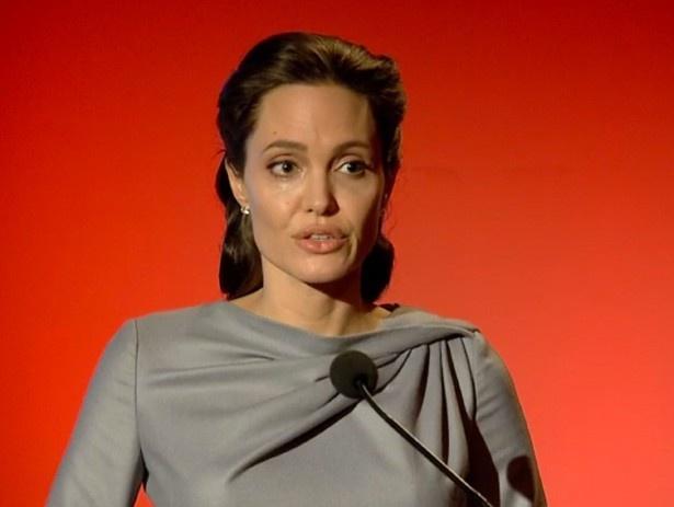 【写真を見る】アンジェリーナは政治家に洗脳されている!?
