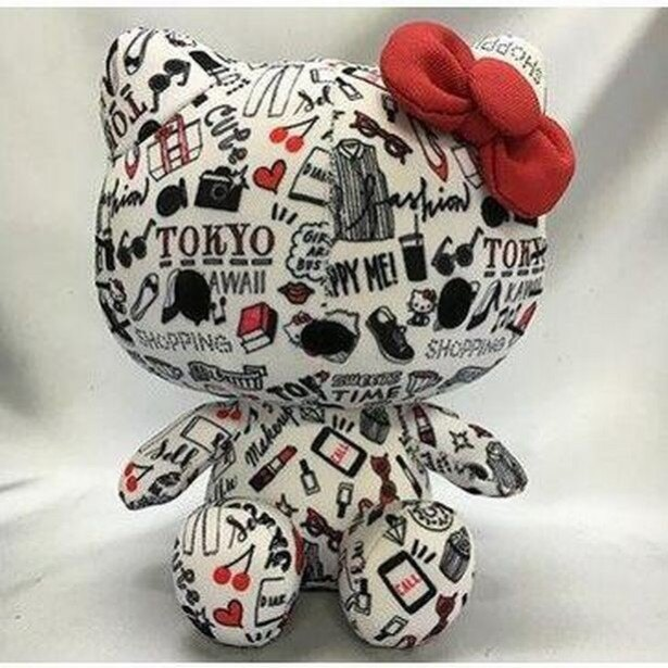 東京のおしゃれスポットにつれていき、一緒に撮影したくなるコラボキティ人形。