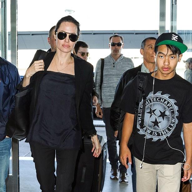 【写真を見る】空港に降り立ったアンジェリーナと長男マドックス