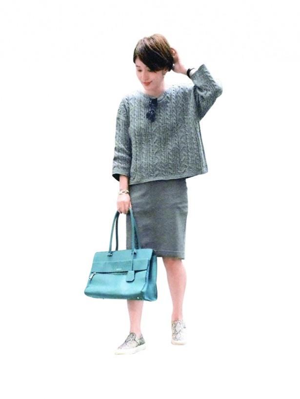 【写真を見る】グレーのワントーンコーデに、ブルーのバッグがほどよいアクセント