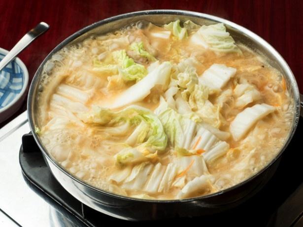 【鍋全体の写真を見る】絶品味噌で煮込まれたたっぷりの白菜!