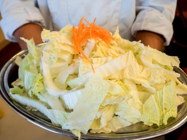 1人前の白菜の量。30cm幅の銀皿が満杯