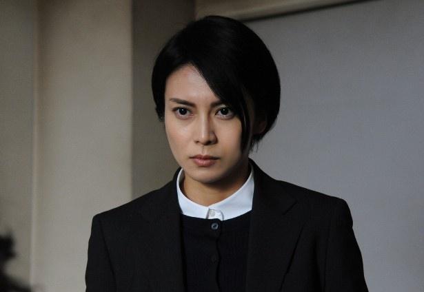 【写真を見る】新人刑事・大門真由を演じる柴咲コウ