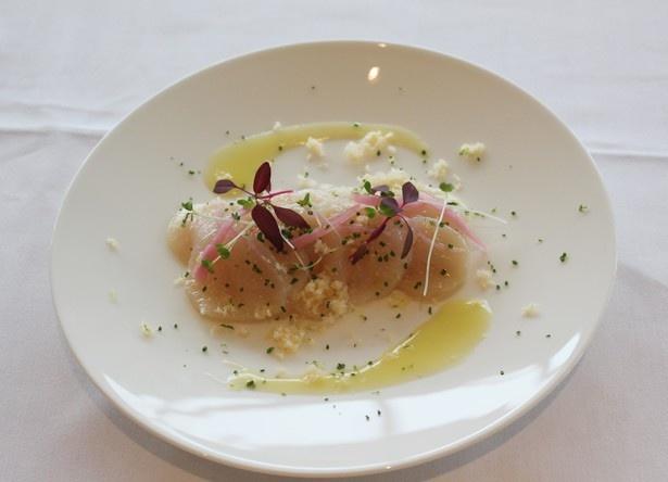 「市場より 本日の魚介のマリネ」(税抜2100円)。写真は新鮮なホタテを用いた一皿