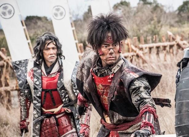 映画・舞台ともに猿飛佐助を演じる中村勘九郎(写真右)