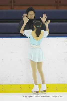 松原星、フリースケーティングの演技。演技前にハイタッチをするのは大石チームのルーティン