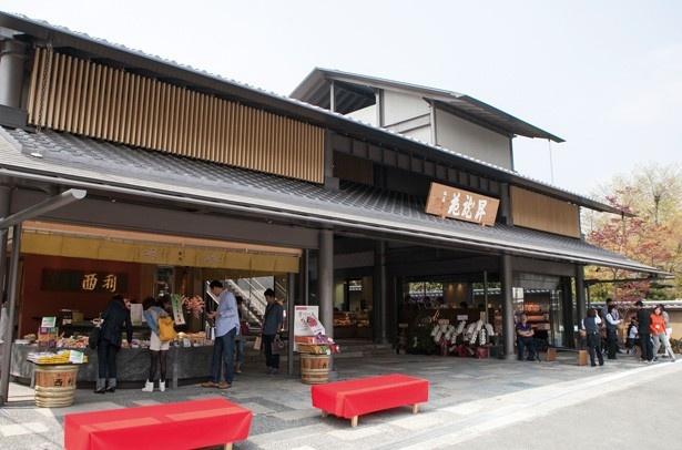 【写真を見る】1階には軽食が楽しめる100席のフードコートもある/嵐山 昇龍苑