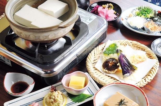 自慢の湯どうふをはじめ、八寸・ひろうす・胡麻どうふ・野菜の天ぷらなど全6品(11~3月は柚子釜どうふ)が楽しめる「松コース」(3600円+チャージ100円)/湯どうふ 竹むら