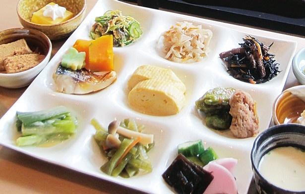 大人1人1944円で60分間、湯豆腐や京生麸など、体に優しい30種ものおばんざいと充実の和スイーツを気軽に味わえる/嵐山ぎゃあてい