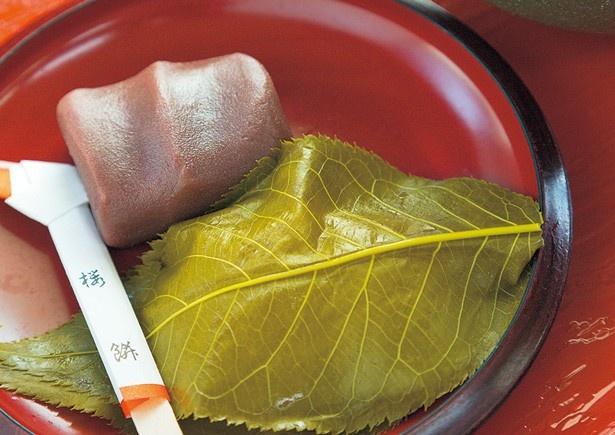 昔ながらの手作業で職人が作り上げる、抹茶付きの「櫻もち」(648円)/本家櫻もち 琴きき茶屋