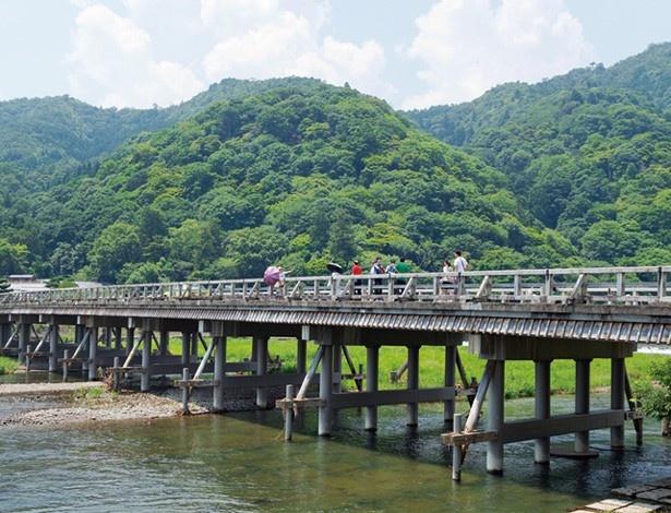 昔から人々に愛されてきた嵐山には、世界文化遺産の天龍寺や、おなじみの渡月橋、竹林など古きよき姿がそのままに残っている
