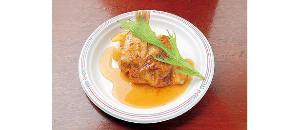 「BEEA NEXT」ロティサリーローストチキン¥600。国産ハーブ鶏を熟成塩で焼き上げている