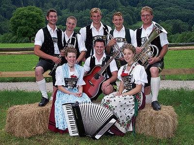 バイエルンより来日したタルバッハブアム楽団が「乾杯の歌」で盛り上げてくれるぞ