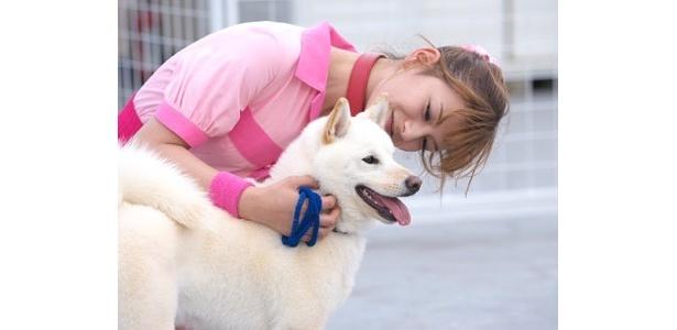 """愛犬をいたわるスザンヌ。ナイスな""""いぬばか""""っぷりだね〜"""