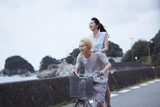 海沿いでの自転車2人乗りも爽やか!