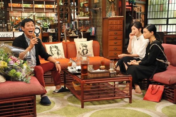 【写真を見る】朝ドラ「とと姉ちゃん」に出演した相楽樹(右奥)と杉咲花(右手前)も出演