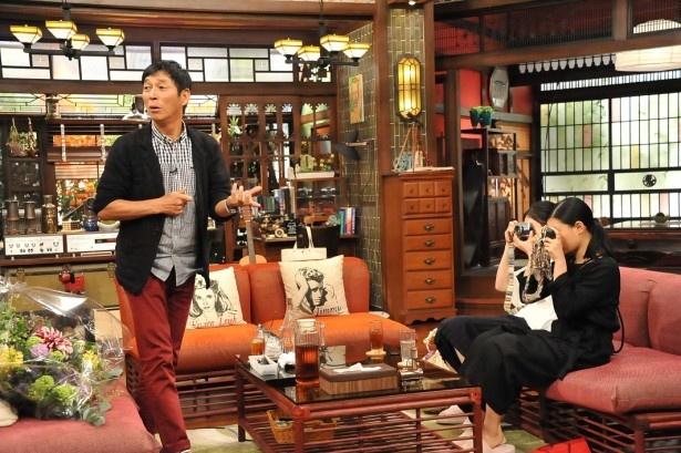 相楽と杉咲はトーク途中にカメラを取り出し、明石家さんま(左)を撮影