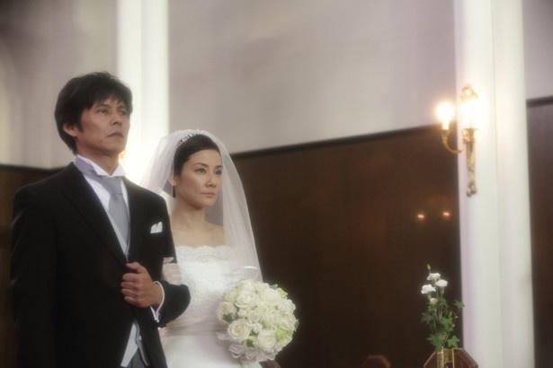 【写真を見る】純白のウェディングドレス姿の吉田羊。織田裕二とバージンロードに!(『ボクの妻と結婚してください。』)
