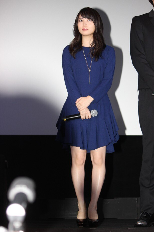 【写真を見る】志田未来、健康的な生足を見せた全身ショット
