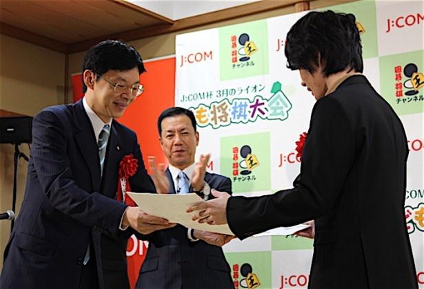 日本将棋連盟の谷川浩司会長から免状を贈られた