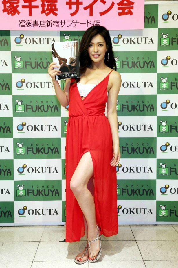 赤いセクシーなドレスで発売記念イベントに登場