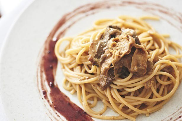 〈リストランテ イルパティオ〉ボルチーニのホラーサーン小麦スパゲッティ、ミックスベリーソースを添えて1人前1512円(税込)