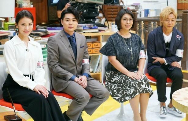 スタジオで笑顔を見せる秋元、吉村、くわばた、つるの