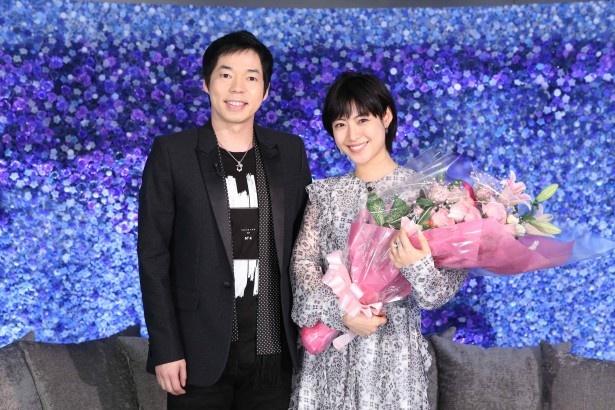 「アナザースカイ」を卒業することになった瀧本美織(右)と、MC・今田耕司(左)