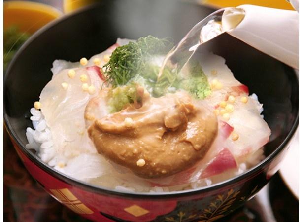 【写真を見る】鹿児島県の朝ごはん第1位、城山観光ホテルの「朝〆たばかり 鮮度抜群の錦江湾で獲れた真鯛潮茶漬」