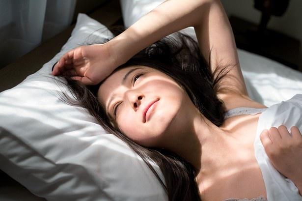 【写真を見る】佐々木希のプライベートを感じさせる寝起きの表情も