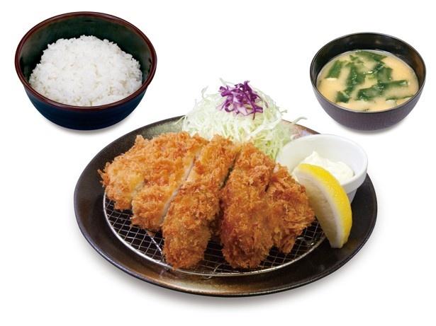 【写真を見る】「カキフライ&ロースかつ定食」(790円)はライス大盛り無料!