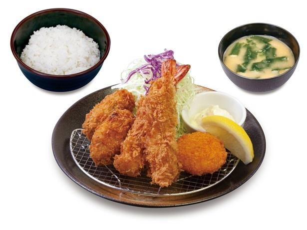 エビフライと盛り合わせになった「海鮮盛り定食」(890円)