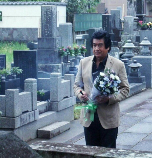 【写真を見る】藤岡は「真田丸」で演じた忠勝の墓に花を手向けた