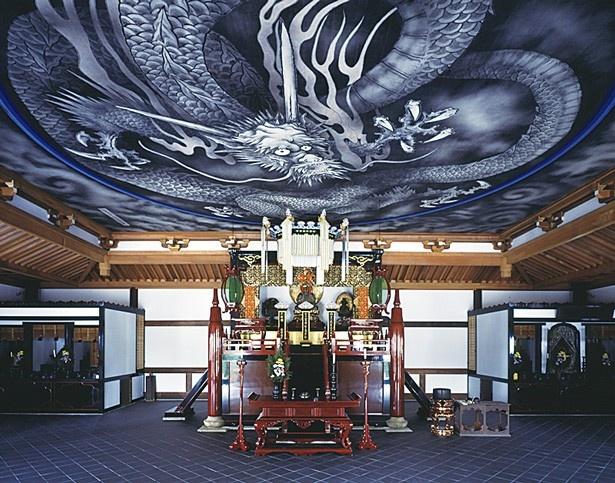 法堂に描かれた縦10m、横12m の雲龍図は、別名「八方睨みの龍」