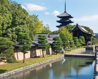 九条通から見る東寺。毎月21日に境内で縁日・弘法市が行われる