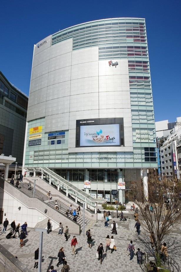 JR新宿駅・東南口より徒歩0分の立地で営業中のFlags