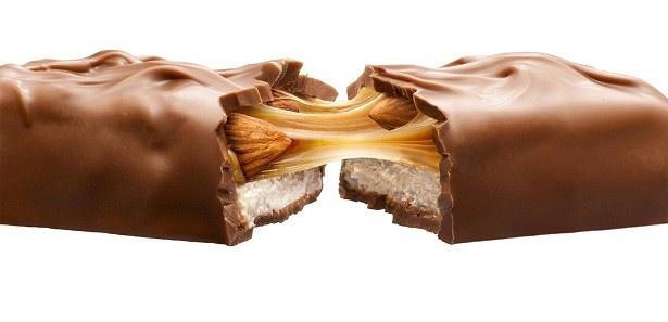 アーモンドとキャラメルによるリッチな味わいのチョコレートバー