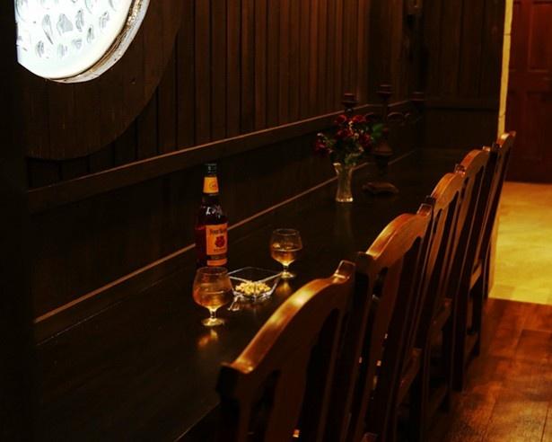 「船内の酒場」エリア。おしゃれな雰囲気にお酒がついつい進んでしまいそう