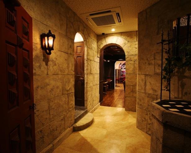 各エリアへと続く廊下。フロア毎、ランチタイム・ディナータイムと様々な雰囲気が楽しめる