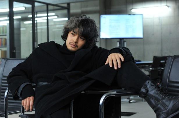 【写真を見る】池松壮亮、新生『デスノート』で演じた竜崎役のハマり具合がヤバい!