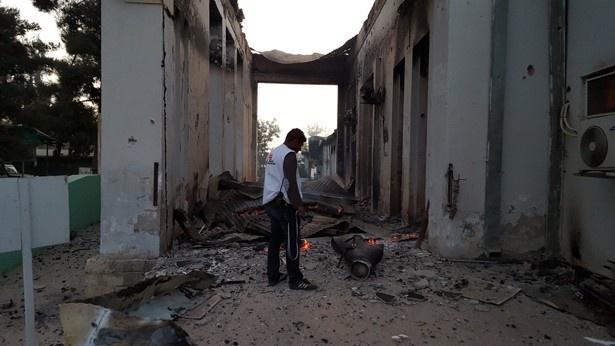 破壊された病院施設の前にたたずむ国境なき医師団のスタッフ