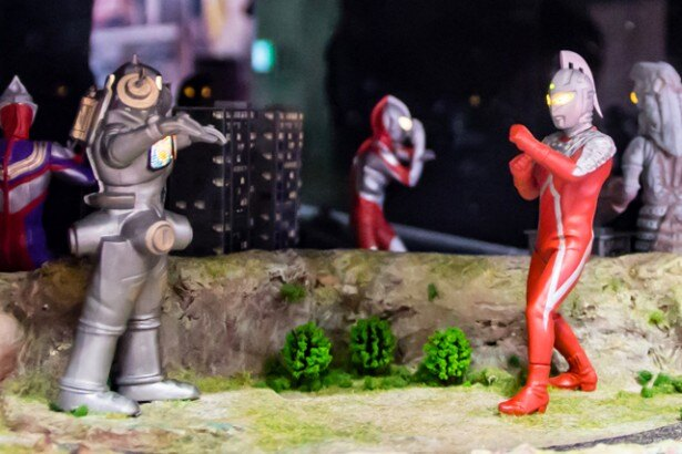 【写真】セブンVSキングジョーの戦いをガシャポンで再現!