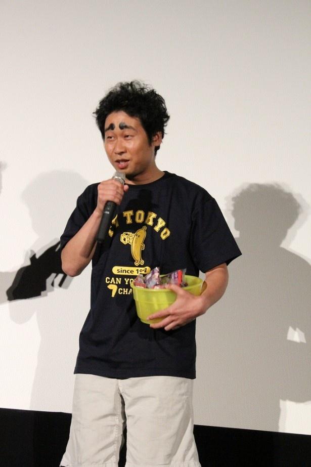 足柄の金蔵を演じた際に施したメークとテレビ東京のTシャツという変わった姿で登場した前野朋哉