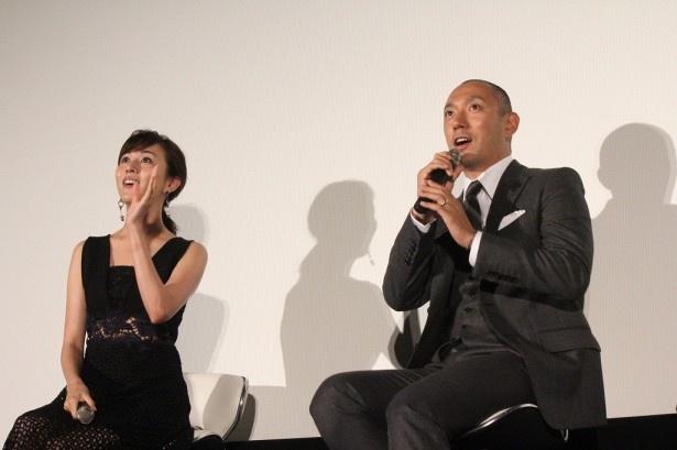 本ドラマの脚本・樹林伸と共演者のAnJuが試写会の会場にいることをいち早く察知した海老蔵