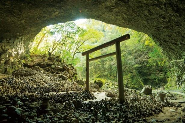 天岩戸神社の西本宮からたいこ橋を渡り、10分ほど歩くとある天安河原。鳥居の周囲には無数の石が積み重なる